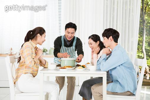 즐거운 가족 식사시간,요리하는 아빠 - gettyimageskorea