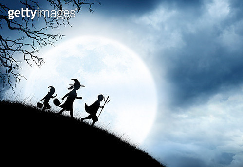 Three Children Trick Or Treating Silhouetted Against A Rising Full Moon - gettyimageskorea