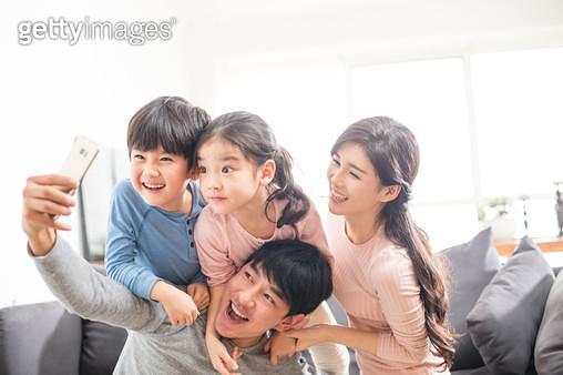 셀카 찍는 가족 - gettyimageskorea