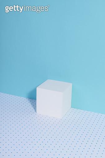 파란배경의 사각 상자 - gettyimageskorea