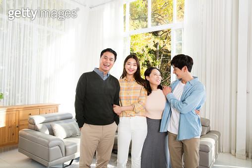 거실에서 포즈하는 4인가족사진 - gettyimageskorea