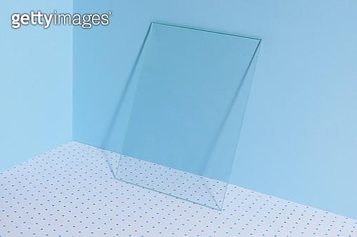 파란배경의 사각 유리 - gettyimageskorea