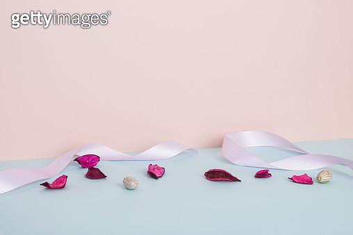 핑크배경의 리본과 꽃 - gettyimageskorea