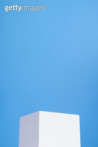 파란배경의 흰색상자 - gettyimageskorea