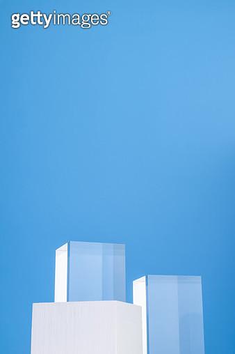파란배경의 흰색상자와 사각 아크릴 - gettyimageskorea