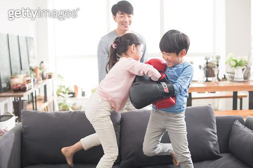 권투 놀이하는 아이들 - gettyimageskorea