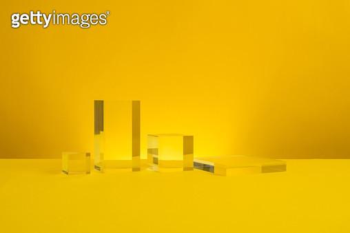 노랑 배경의 사각 아크릴 - gettyimageskorea