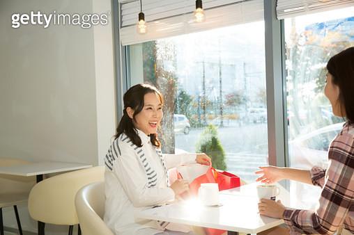 쇼핑을 마치고 커피마시는 엄마와 딸 - gettyimageskorea