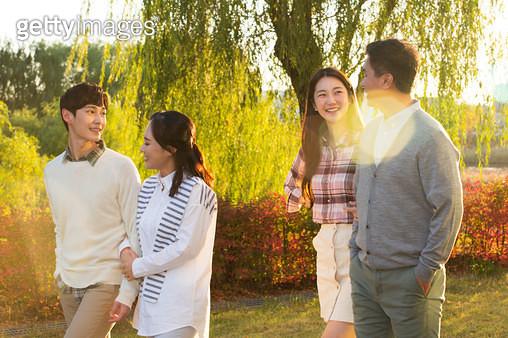 공원을 산책하는 행복한 가족의 모습 - gettyimageskorea