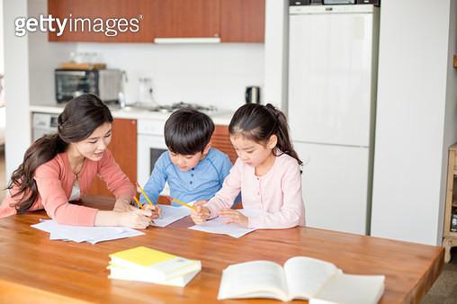 엄마와 공부하는 아이들 - gettyimageskorea