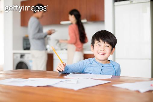 음식준비하는 엄마 아빠와 공부하는 남자아이 - gettyimageskorea