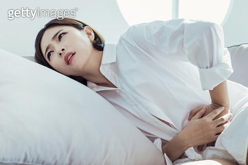 생리통으로 아파하는 여자 - gettyimageskorea