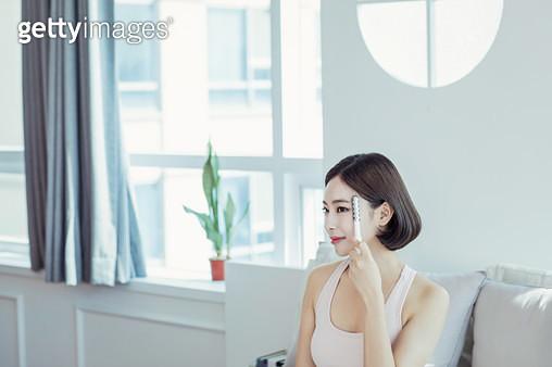 얼굴마사지를 하고 있는 여자 - gettyimageskorea