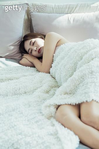 누워있는 여자의 다리 클로즈업 - gettyimageskorea