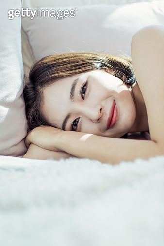 누워서 웃고 있는 여자 - gettyimageskorea