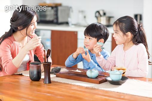 엄마와 함께 다도하는 아이들 - gettyimageskorea