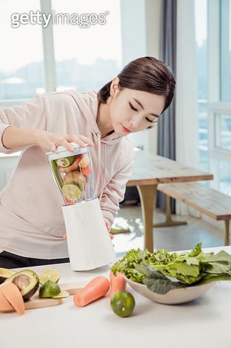 야채주스를 만드는 여자 - gettyimageskorea