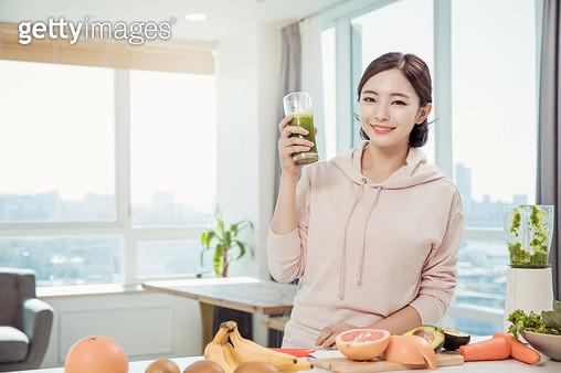 야채주스를 마시는 여자 - gettyimageskorea