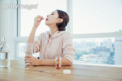 약을 먹는 여자 - gettyimageskorea