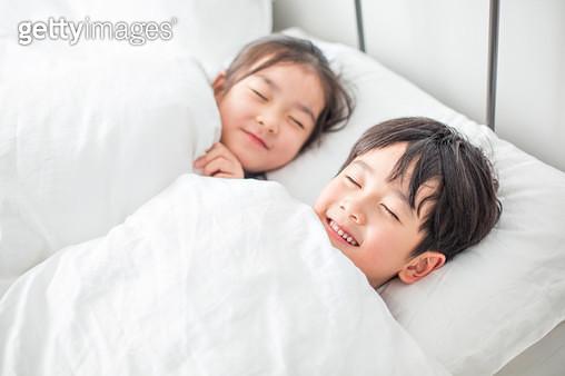 잠자리에 든 아이들 - gettyimageskorea