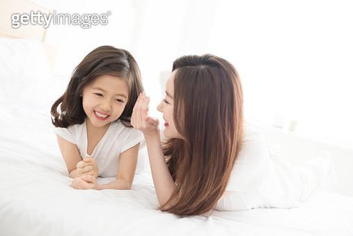침대에 누워 재밌는 이야기는 하는 엄마와 딸 - gettyimageskorea
