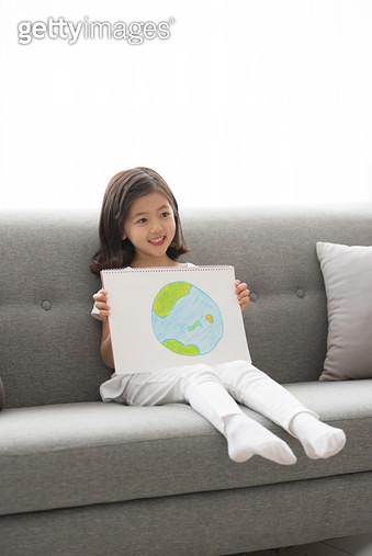 지구그림을 그려서 보여주는 아이 - gettyimageskorea