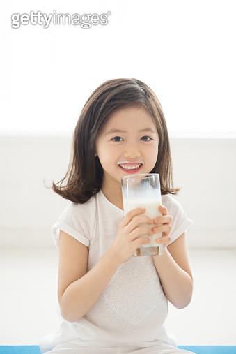 우유를 마시는 여자아이 - gettyimageskorea