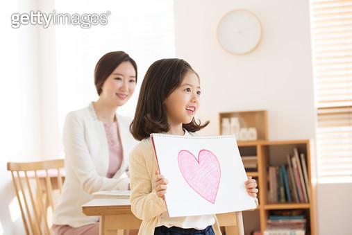 방문교사와 함께 공부하는 아이 - gettyimageskorea