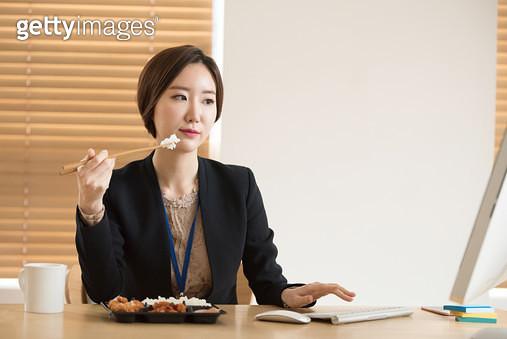혼자 식사하는 비지니스우먼 - gettyimageskorea