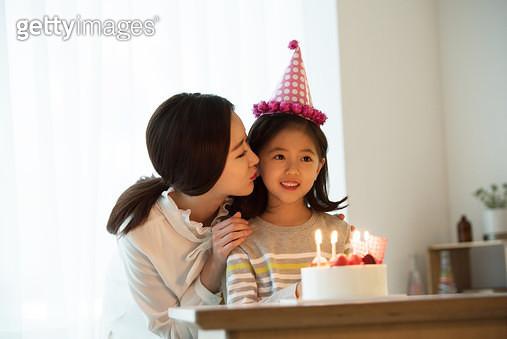 엄마와 함께하는 생일 파티 - gettyimageskorea