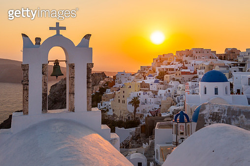View of traditional blue domed churches and white houses at sunset in Oia, Santorini, Cyclades, Aegean Islands, Greek Islands, Greece, Europe - gettyimageskorea