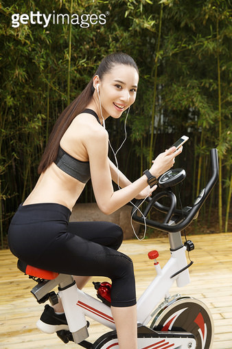 Fitness for young women to look at the phone - gettyimageskorea