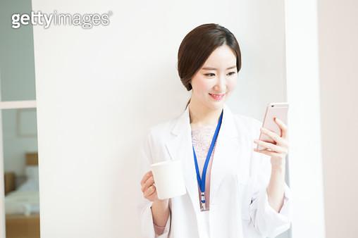 휴식을 하는 여자의사 - gettyimageskorea