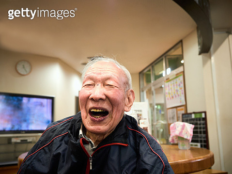 A 98-year-old senior cheerful guy who speaks with a smile on the bench of a sports club in Yokohama, Japan. - gettyimageskorea
