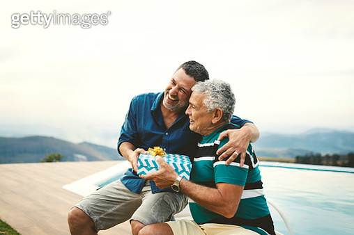 Son giving a gift for his father on father's day. - gettyimageskorea