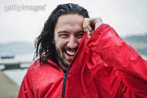 man laughing in the rain, portrait - gettyimageskorea