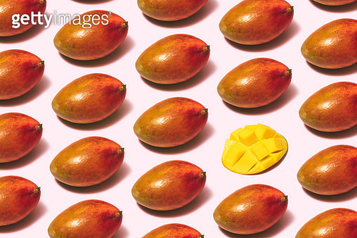 Mango fruit repetitive flat lay on pink background - gettyimageskorea