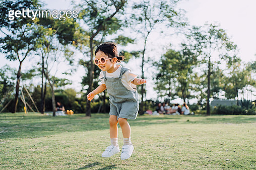 Happy little Asian toddler girl with flower-shaped sunglasses having fun outdoors enjoying Summer days in the park - gettyimageskorea
