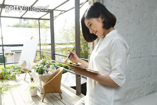The young woman works in the studio - gettyimageskorea