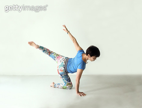 The female instructor's hands and feet are beautifully extended. - gettyimageskorea