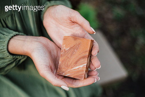 Close up hands holding natural bar of soap / shampoo - gettyimageskorea