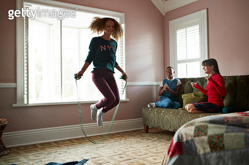Girl skipping at home, while friends are cheering - gettyimageskorea