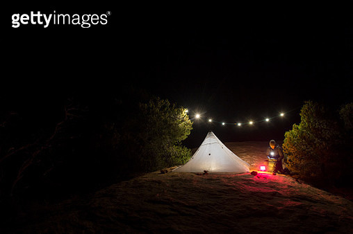 A man camping in the desert - gettyimageskorea