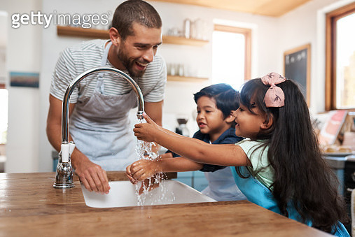 Cropped shot of a man and his two children washing their hands in the kitchen basin - gettyimageskorea