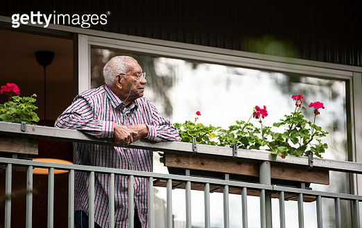 91 year old man standing on his balcony, looking away - gettyimageskorea