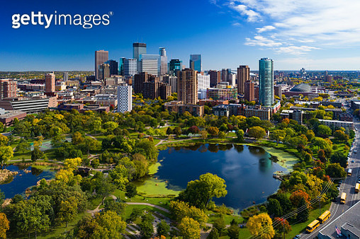 Minneapolis aerial with Downtown Minneapolis skyline in the background and Loring Park with Loring Pond in the foreground, during early autumn. - gettyimageskorea