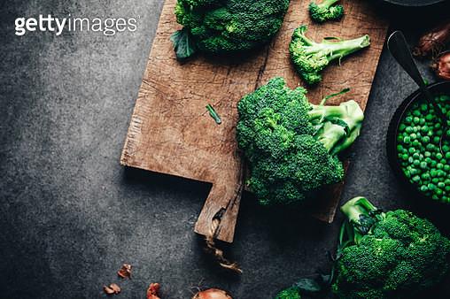 Fresh broccoli on chopping board - gettyimageskorea