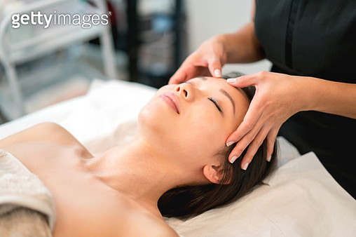 Portrait of a beautiful Asian woman getting a face massage at the spa - beauty concepts - gettyimageskorea