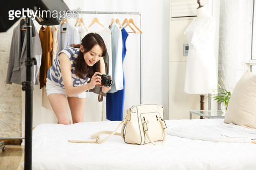 Young women taking photos - gettyimageskorea