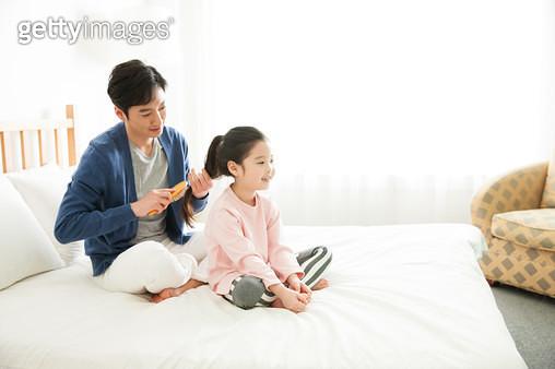 딸의 머리를 묶어주는 아빠 - gettyimageskorea